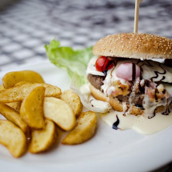 CHEESE-BURGER con patate speziate 9,5 panino, hamburger di manzo 200 gr. circa, insalata, pomodoro, cheddar, pancetta croccante
